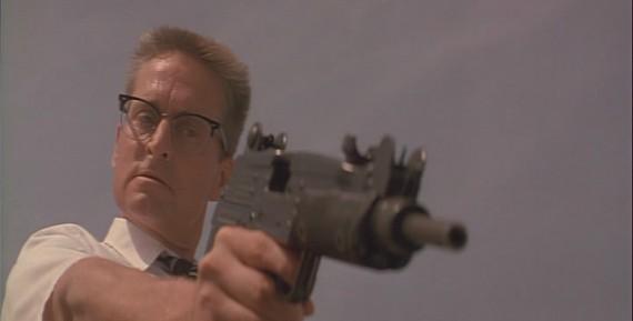 銃を向けるマイケル・ダグラス