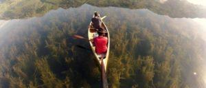 カヌーが森に浮いてる!怖ろしく透明な湖